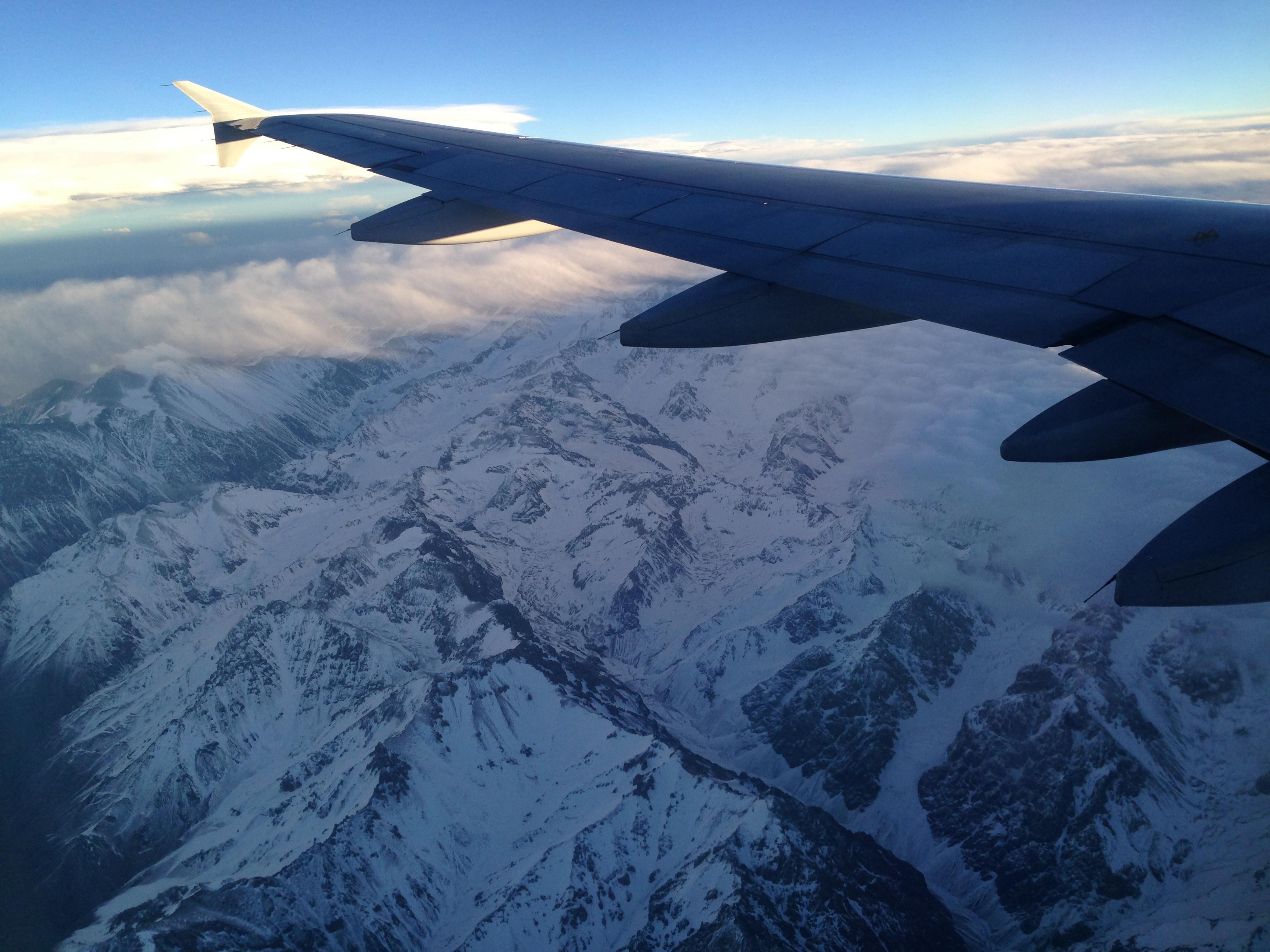 vista da cordilheira pela janela do aviao