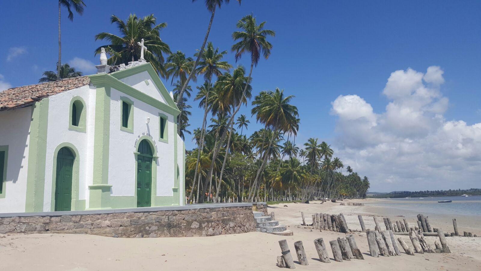 igreja são benedito na orla da praia de carneiros