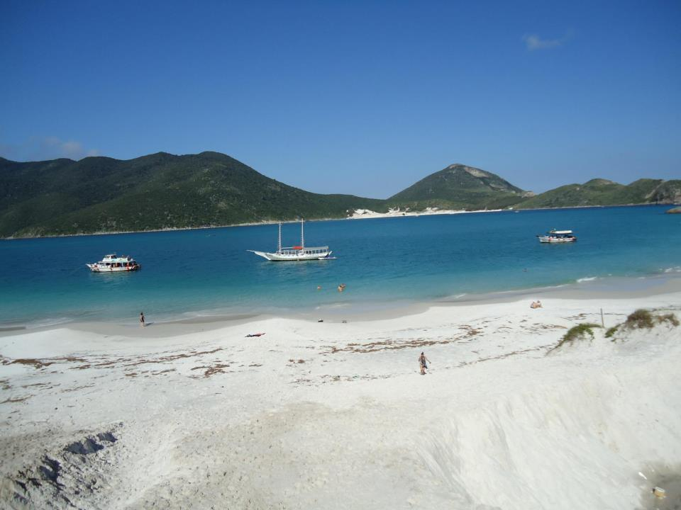praia de arraial do cabo com barcos no mar