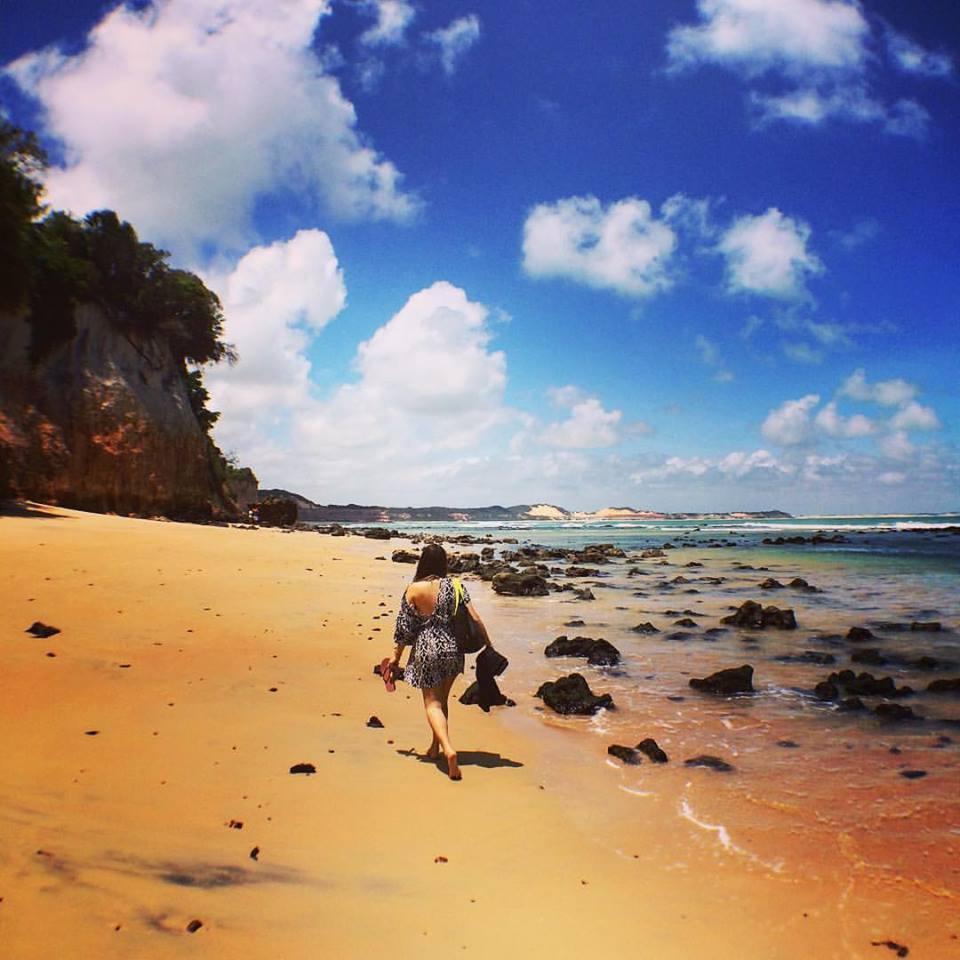 isabelle caminhando na praia de pipa nordeste brasil