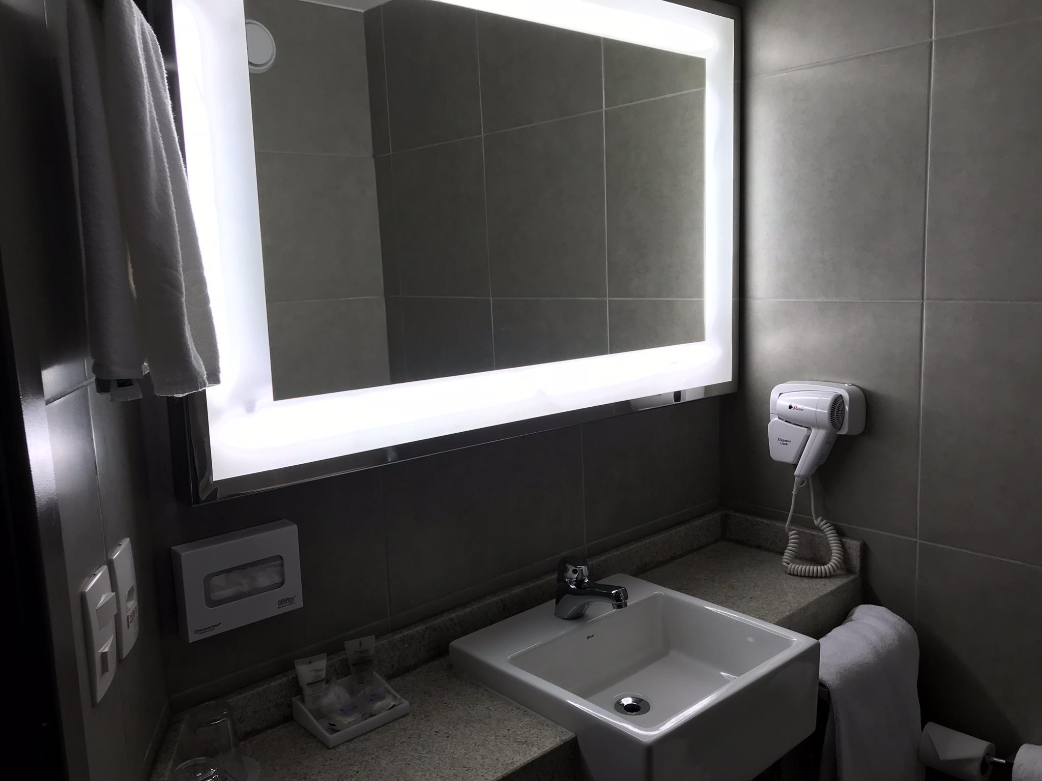 banheiro do quarto do novotel parque olímpico